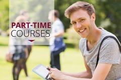 Utbildning och deltids- kurser smsar och man genom att använda en minnestavla Royaltyfri Foto