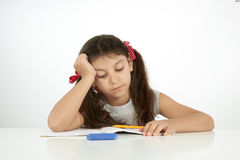 Utbildning och skolabegrepp en flicka som försöker att finna svaret Royaltyfri Foto