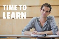 Utbildning och tid för att lära text- och mansammanträde i en grupp royaltyfri foto