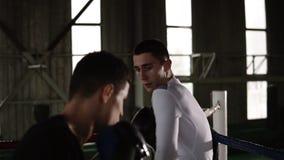 Utbildning på cirkeln av två unga boxas partners, övningsslagteknik, kugge Grabben tryckte på hans motståndare i arkivfilmer