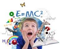 Utbildning skolar pojken som lärer på vit Arkivbild