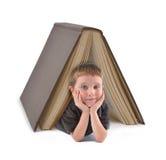 Utbildning skolar pojken under stort bokar Royaltyfri Bild