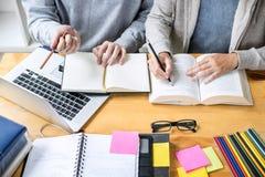 Utbildning undervisning som l?r begrepp H?gstadiumstudent- eller klasskompisgruppen handleder i arkiv som studerar och l?ser med  arkivfoton
