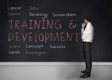 Utbildnings- och utvecklingsuttryck som är skriftliga på en svart tavla royaltyfria foton