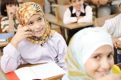 Utbildningsaktiviteter i klassrum på skolan, royaltyfria bilder