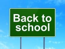 Utbildningsbegrepp: Dra tillbaka till skolan på vägmärkebakgrund Arkivfoto
