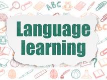 Utbildningsbegrepp: Lära för språk på sönderrivet papper Arkivbilder