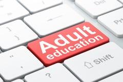 Utbildningsbegrepp: Vuxenutbildning på bakgrund för datortangentbord arkivbild