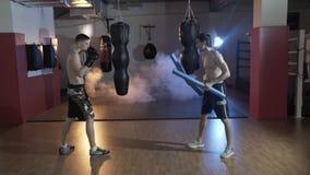 Utbildningsidrottsman i boxningkorridoren Förberedelse av förlagen av sportar för strid med mästaren Instruktören och lager videofilmer