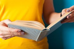 Utbildningslivsstilbegreppet, kvinna läste boken Kunskap l?r royaltyfri fotografi