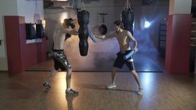 Utbildningssposstrstmenov i boxningkorridoren Förberedelse av förlagen av sportar för strid med mästaren _ arkivfilmer