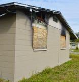 Utbränt stigit ombord-Upp hus arkivfoto