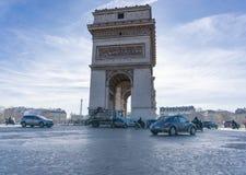Utbrett ljus Arc de Triomphe Paris för horisontaltrafikfoto royaltyfri foto