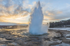 Utbrott av den Strokkur geyseren i Island arkivbild