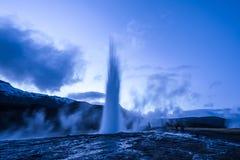 Utbrott av den Strokkur geyseren i Island Kalla färger för vinter, månebelysning till och med natt arkivfoton