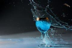 Utbrott av ett exponeringsglas med vatten Royaltyfria Foton