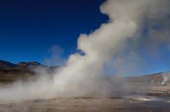 Utbrott av geyseren på El Tatio Arkivbilder