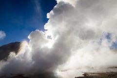 Utbrott av geyseren på El Tatio Royaltyfri Foto