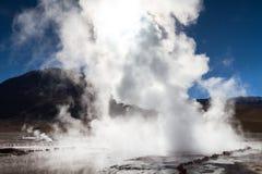Utbrott av geyseren på El Tatio Arkivfoton