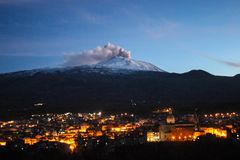 Utbrott av vulcanoen Etna royaltyfri bild