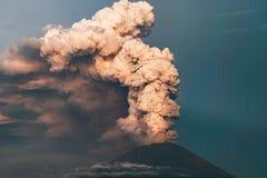 utbrott Klubbor av rök och askaen i atmosfären royaltyfria foton