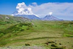 Utbrottet av volcanoes Klyuchevskaya Sopka och namnlöst Fotografering för Bildbyråer