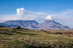 Utbrottet av volcanoes Klyuchevskaya Sopka och namnlöst Arkivbilder