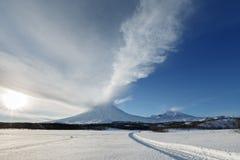 UtbrottKlyuchevskoy vulkan - aktiv vulkan av Kamchatka arkivbild