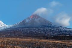 UtbrottKlyuchevskoy vulkan på den Kamchatka halvön Royaltyfri Fotografi