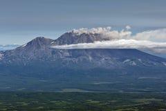 UtbrottZhupanovsky vulkan på den Kamchatka halvön Arkivbilder