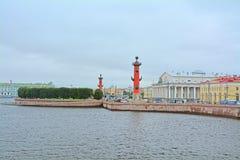 Utbyt fyrkanten på som spottas av Vasilyevsky Island i St Petersburg, Ryssland Fotografering för Bildbyråer