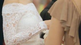 Utbyte av vigselringar på bröllopceremoni stock video