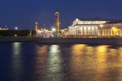 Utbytesbyggnad och Rostral kolonnsommarnatt i St Petersburg arkivbild