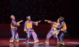 Utbyteskod ord-henne nationalitetegen-kines folkdans Arkivfoton