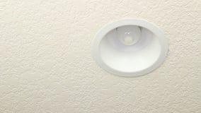 Utbytning av den gamla lightbulben med CFL lager videofilmer