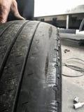 Utbytning av det använda gummihjulet på mekanikern Fotografering för Bildbyråer
