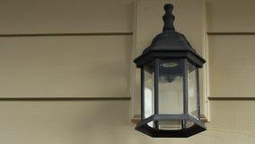 Utbytning av en gammal Lightbulb med en CFL stock video