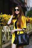 Utdoor stående av den unga härliga lyckliga le damen som går på gatan Bärande solglasögon för modell och stilfull sommar Arkivfoton