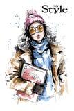 Utdragen härlig ung kvinna för hand som rymmer modetidskriften Stilfull flicka i toppluva Blick för modekvinnavinter royaltyfri illustrationer