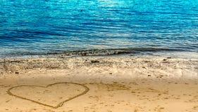 Utdragen hjärta på stranden Arkivfoton