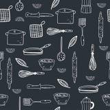 Utdragen kitchenware för hand på en svart tavlabakgrund stock illustrationer