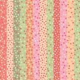 Utdragna konfettiprickar för modern hand på flerfärgad randig bakgrund i mjuka tropiska färger Ljus sömlös vektor vektor illustrationer