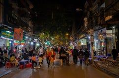 Uteliv av gatasikten i Hanoi den gamla fjärdedelen, folk kan sedd undersökning och att shoppa omkring Arkivbild