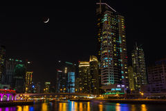Uteliv i den Dubai marina UAE November 16, 2012 Royaltyfri Foto