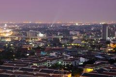 Uteliv i denna storstad som visar vibrerande energi och en nightli fotografering för bildbyråer