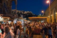 Uteliv i Plaka på Augusti 1, 2013 i Aten, Grekland. Arkivfoton