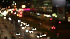 Uteliv i stad med bilkörning arkivfilmer