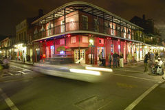 Uteliv med ljus på bourbongatan i den franska fjärdedelen New Orleans, Louisiana Royaltyfria Bilder