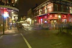 Uteliv med ljus på bourbongatan i den franska fjärdedelen New Orleans, Louisiana Arkivfoto