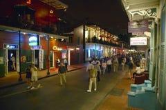 Uteliv med ljus på bourbongatan i den franska fjärdedelen New Orleans, Louisiana Royaltyfri Fotografi